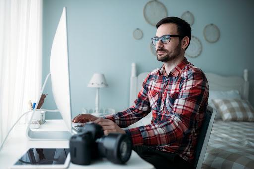 Lavoratore Smart Working che lavora al pc